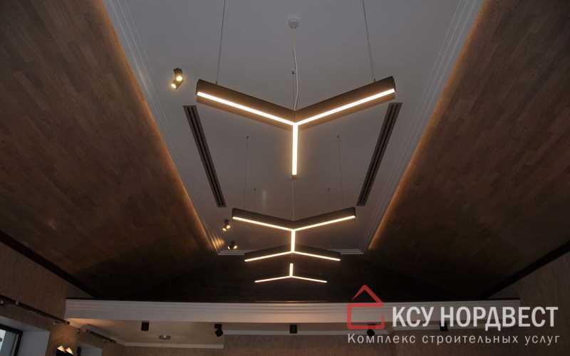 Отделка потолка деревянными панелями и обшивка гипсокартоном с светодиодной подсветкой