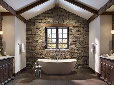 камень на стенах деревянного дома